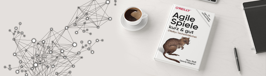 Ein Buch mit dem Titel Agile Spiele und eine Tasse Kaffee.