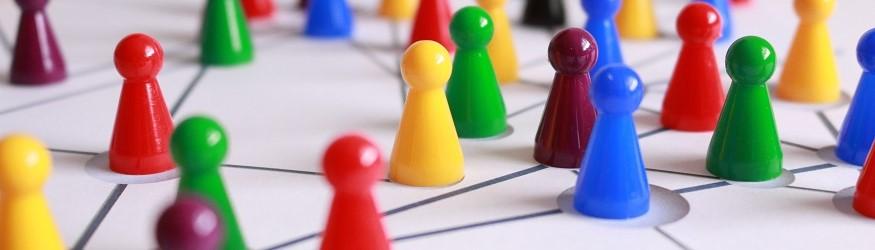 Spielfiguren auf einem Spielbrett mit Netzmuster. [1]