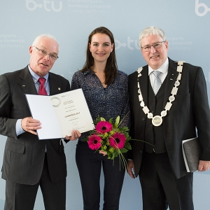 Beatrice Rich und Prof. Dr.-Ing. Ralf Woll bekommen Lehrpreis der BTU überreicht